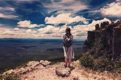 Природа объятия женщины на боливийских горах на границе с влиянием года сбора винограда Бразилии Стоковое Изображение RF