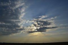 Природа, облака, небо, заход солнца, лучи солнца Стоковая Фотография