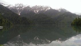 природа, озеро, горы, абхазия, зеркало, туман, тайна Стоковая Фотография RF