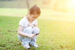 Природа ребенка исследуя с стеклом увеличителя на outdoors стоковые изображения rf