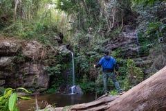 Природа туриста наблюдая намочить падение стоковая фотография rf