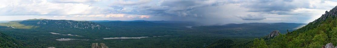 Природный парк панорамы taganay с видами на город Chrysostom на лить дожде Стоковое фото RF