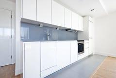 приспособленная белизна польностью серой кухни самомоднейшая Стоковая Фотография RF
