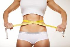 Приспособьте женщину в нижнем белье с лентой измерения стоковые изображения rf
