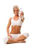 Приспособьте усмехаясь белокурую женщину держа минеральную воду Стоковые Фотографии RF