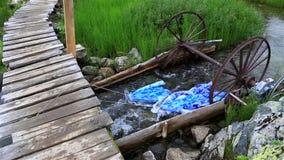 Приспособление для моя белья в реке горы акции видеоматериалы