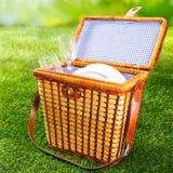 Приспособленные корзина или корзина пикника wicker Стоковое Изображение RF
