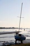 приставанная к берегу уединённая яхта Стоковые Изображения RF