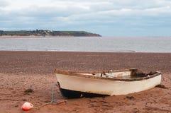 приставанная к берегу шлюпка Стоковое Фото