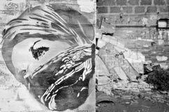 Пристальный взгляд девушки из-под Kefiah в настенной росписи искусства улицы На предпосылке щебень войны Концепция войны неизвест стоковые фотографии rf