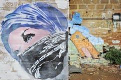 Пристальный взгляд девушки из-под Kefiah в настенной росписи искусства улицы На предпосылке щебень войны Концепция войны неизвест стоковые изображения
