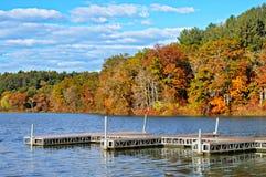 Пристани в озере, цвета осени стоковые изображения rf