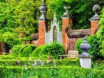 Пристани строба кирпича на входе к саду virginia Стоковая Фотография