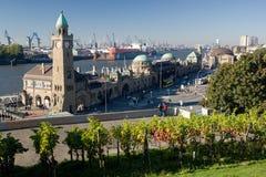 Пристани Landungsbruecken в Гамбурге стоковые изображения
