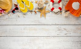 Пристаньте аксессуары к берегу помещенные на белых деревянных планках, взгляд сверху Стоковые Изображения RF