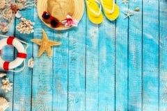 Пристаньте аксессуары к берегу помещенные на голубых деревянных планках, взгляд сверху Стоковые Фотографии RF