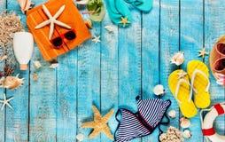 Пристаньте аксессуары к берегу помещенные на голубых деревянных планках, взгляд сверху Стоковое Фото