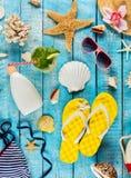 Пристаньте аксессуары к берегу помещенные на голубых деревянных планках, взгляд сверху Стоковое фото RF