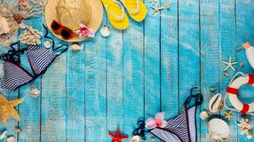 Пристаньте аксессуары к берегу помещенные на голубых деревянных планках, взгляд сверху Стоковая Фотография RF