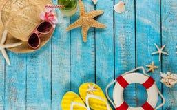 Пристаньте аксессуары к берегу помещенные на голубых деревянных планках, взгляд сверху Стоковые Изображения RF