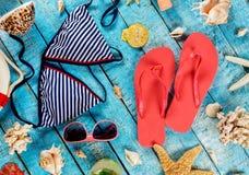 Пристаньте аксессуары к берегу помещенные на голубых деревянных планках, взгляд сверху Стоковое Изображение