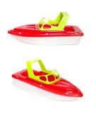 Пристаньте быстроходный катер к берегу игрушки изолированный на белой предпосылке Стоковые Изображения