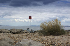 пристаньте велосипед к берегу Стоковые Фотографии RF