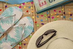 Пристаньте вещ-шляпу к берегу, стекла, шиферы, сумку Стоковые Фото
