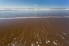 Пристаньте взгляд, волны, песок и голубое небо к берегу Коста-Рика Стоковые Фотографии RF