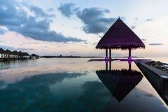 Пристаньте взгляд к берегу на курорте Мальдивах 4 сезонов на Kuda Huraa Стоковая Фотография