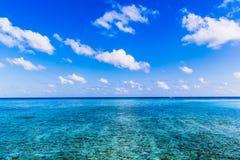 Пристаньте взгляд к берегу на курорте Мальдивах 4 сезонов на Kuda Huraa Стоковые Изображения RF