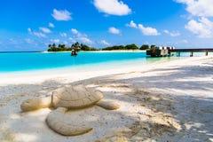 Пристаньте взгляд к берегу на курорте Мальдивах 4 сезонов на Kuda Huraa Стоковое фото RF