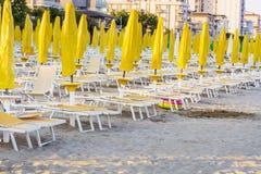пристаньте взгляд к берегу с sunbeds и парасолями на белом песчаном пляже Стоковое Изображение RF
