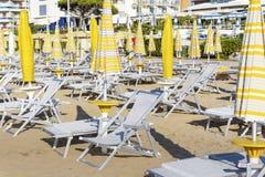пристаньте взгляд к берегу с sunbeds и парасолями на белом песчаном пляже Стоковая Фотография