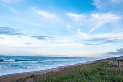 Пристаньте вид на океан к берегу волн на банках атлантического побережья наружных Северной Каролины стоковое изображение