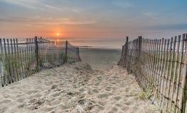 пристаньте восход солнца к берегу стоковое фото