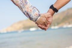 пристаньте влюбленности изображения удерживания счастья рук пар принципиальной схемы крупного плана детенышей к берегу счастливой Стоковые Изображения