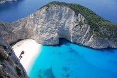 пристаньте голубое море к берегу zakynthos navagio острова Греции стоковые изображения