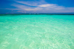 пристаньте голубую белизну к берегу песка океана стоковое фото