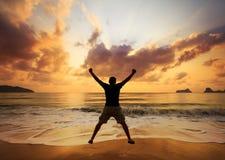 пристаньте голубого счастливого скача человека к берегу над водой каникулы лета моря песка стоковые изображения rf