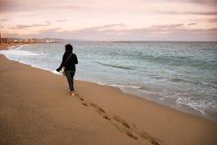 пристаньте гулять к берегу стоковые изображения rf