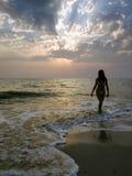 пристаньте гуляя женщину к берегу Стоковое фото RF