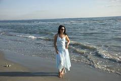 пристаньте гуляя женщину к берегу Стоковая Фотография RF