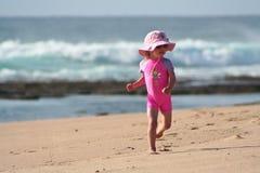 пристаньте девушку к берегу немногая Стоковая Фотография RF