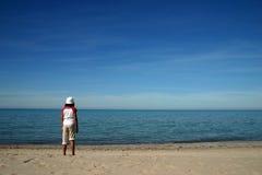 пристаньте девушку к берегу Стоковая Фотография RF