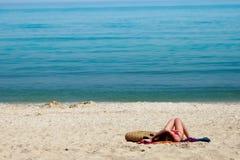 пристаньте девушку к берегу Стоковая Фотография