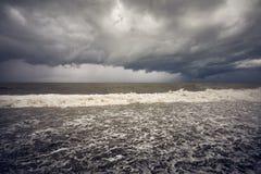 пристаньте дезертированную мать к берегу острова руки сынок моря определяет шторм Стоковое Изображение