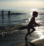пристаньте детей к берегу Стоковая Фотография RF