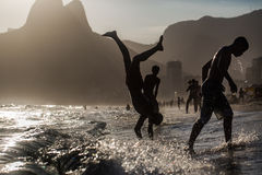 пристаньте девушку к берегу дня меньшяя смотря вода Стоковое Изображение RF