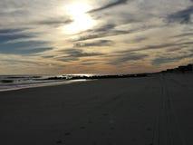 пристаньте девушку к берегу дня меньшяя смотря вода Стоковая Фотография